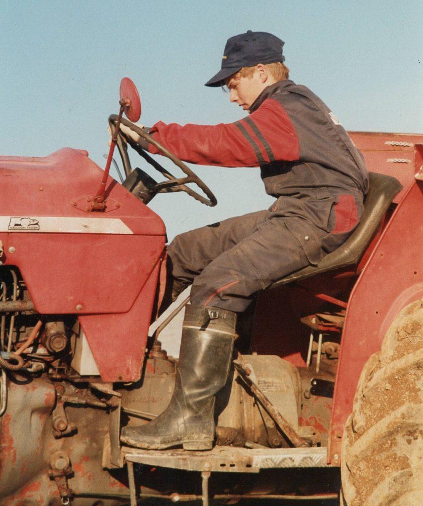 Esa ja punainen traktori